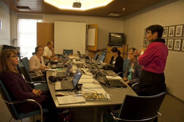 Birgitta Mannila opasti opettajia Game Bridge-pelissä Konneveden Löytöretki-seminaarissa Konnevedellä syksyllä 2011
