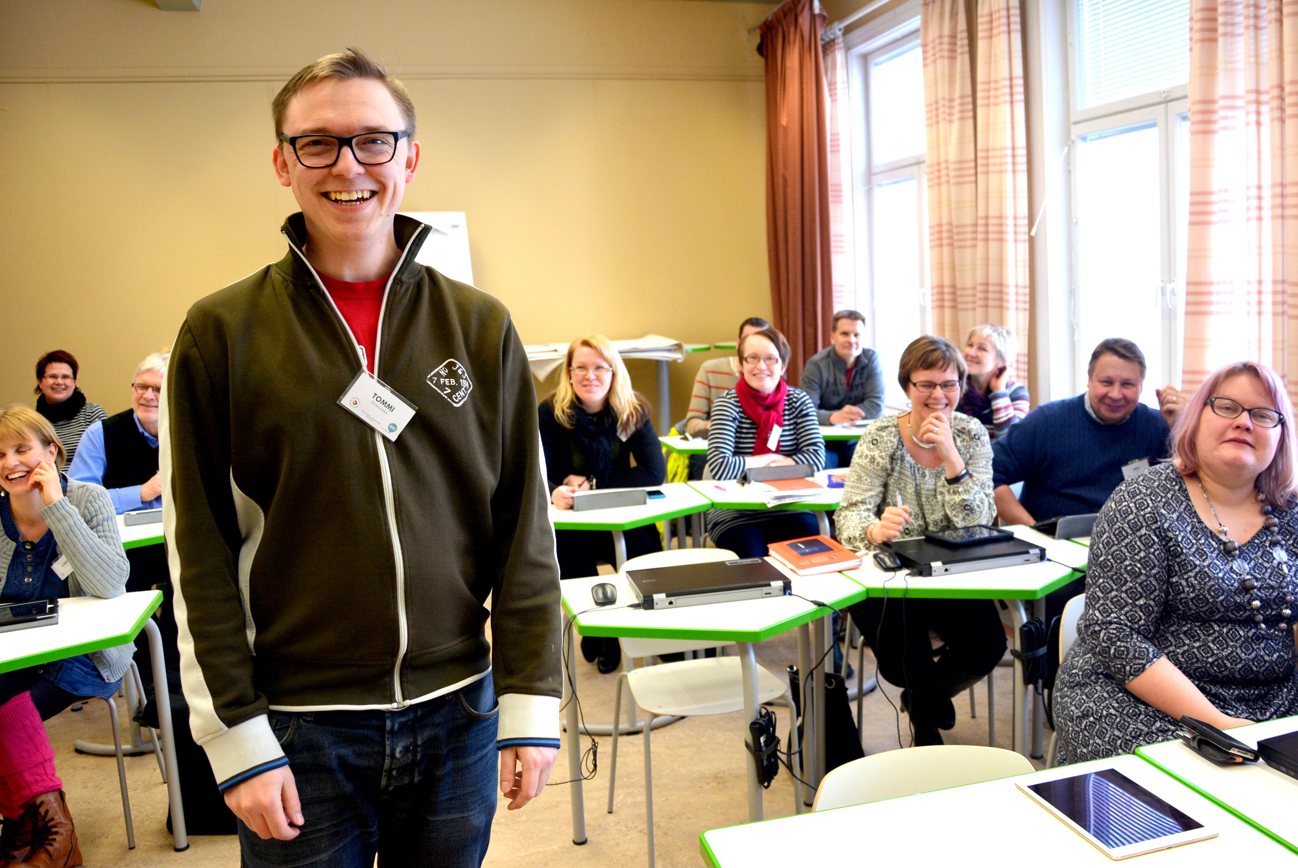 Tommi Issakainen vetämässä työpajaa mobiiliteknologian hyödyntämisestä koulussa, johon myös Päivi Paappanen osallistui.