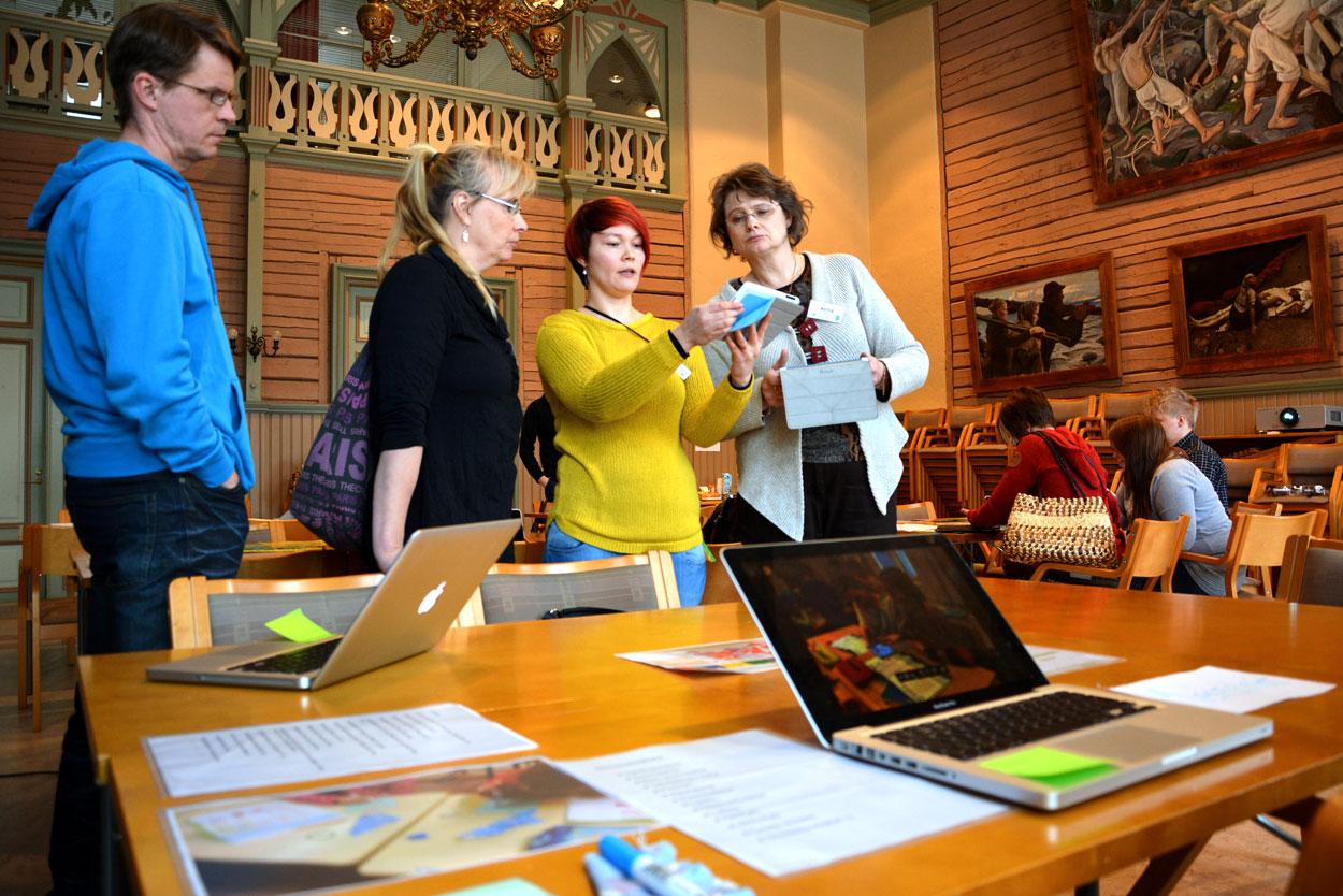 Hanna-Maria Partanen esittelee oppilaita osallistavia opetusmetodeja Renkomäen koulun vetämässä työpajassa.