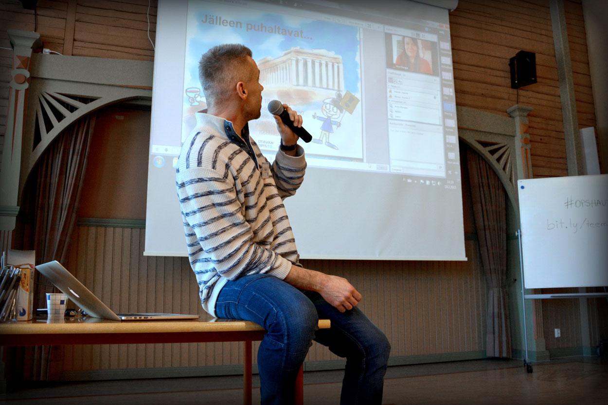 Ville Venäläinen (vas.) ja Anne Rongas (oik. yläkulma) pitivät puheenvuoron tietotekniikan murroksista ja sen roolista opetuksesta tulevaisuudessa.