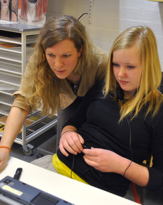 Hanna Mehtonen-Rinne työskentelemässä oppilaiden kanssa