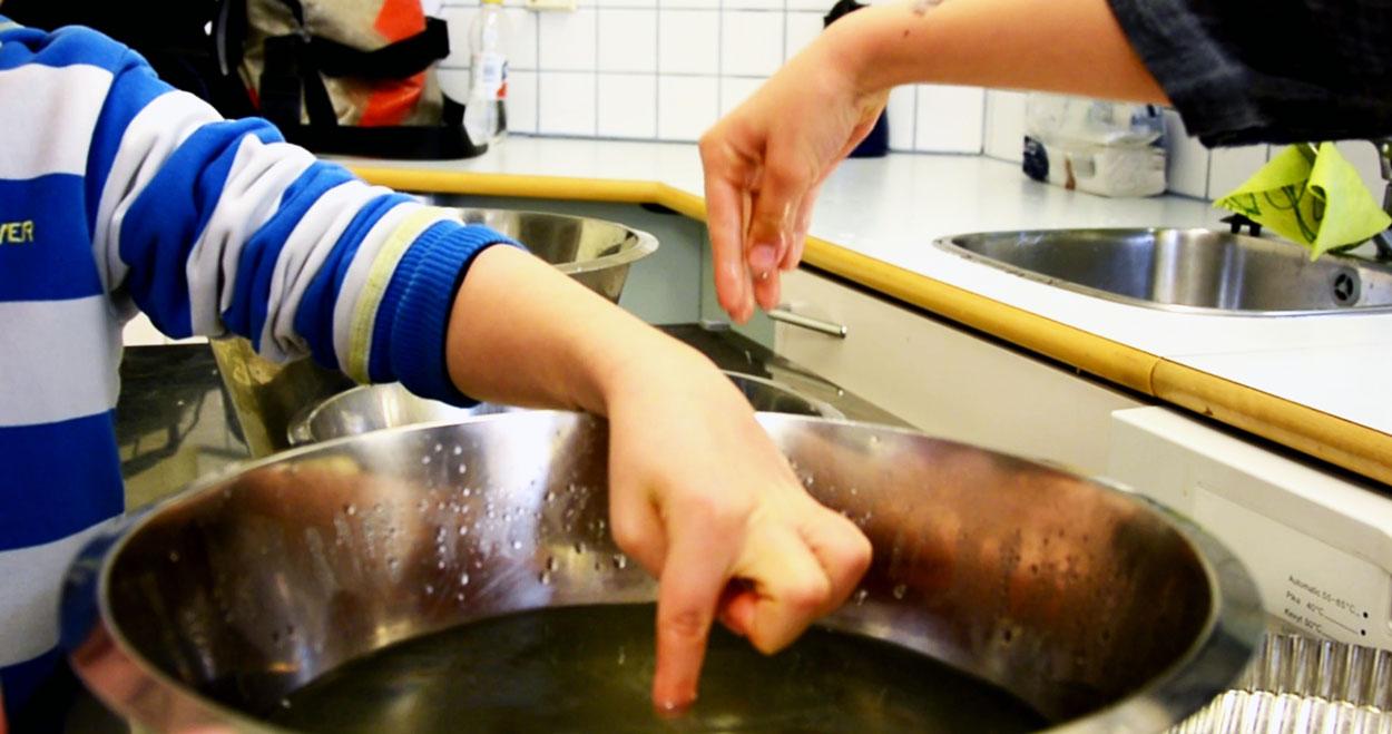 1-2 luokkien vesiprojektissa testattiin esimerkiksi veden lämpötiloja.