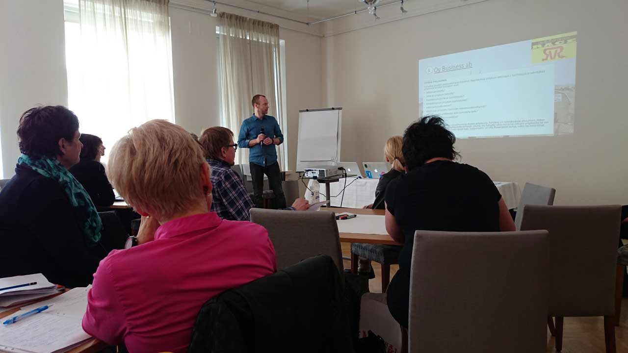 Snellmanin ala-asteen koulun vararehtori Juha Ruutila jakaa kokemuksiaan monialaisten oppimiskokonaisuuksien kokeilusta teemahautomossa.