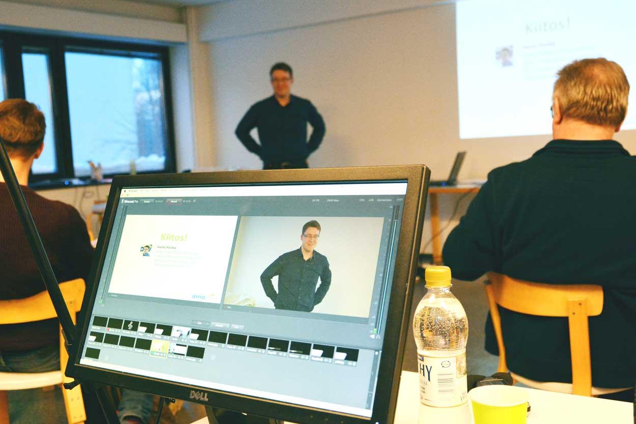 Hartö Pönkä pitämässä puheenvuoroa TVT-välineiden käytöstä opetuksessa lukio-opettajille.